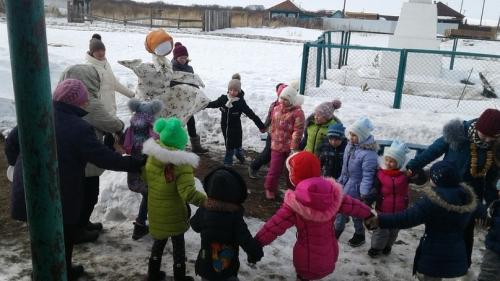 Гостей развлекали скоморохи. В Бирюковском проводили зиму