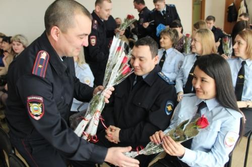 Когда поют мужчины… В Уйском поздравили женщин-полицейских