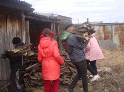 Оказали помощь. Юные тимуровцы навели порядок во дворе жительницы Уйского района