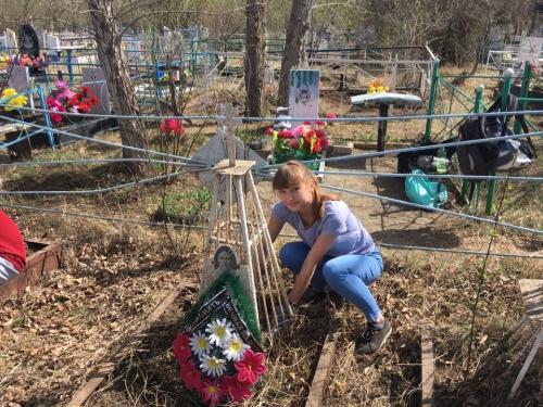 Прибрались. Добровольцы Уйского района навели порядок на могиле ветерана войны
