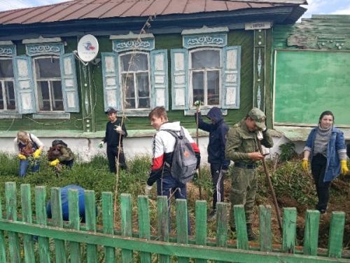 «Посади цветы ветерану». В Уйском районе приводят в порядок палисадники ветеранов Великой Отечественной войны