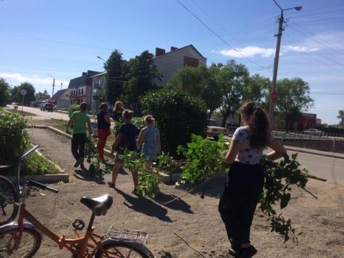Облагораживают. Трудовой отряд главы района и волонтёры муниципалитета наводят порядок в селе