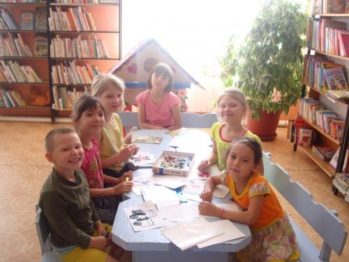 Под конец мероприятия дети искали себе занятие по душе. Детская библиотека вновь приняла юных читателей