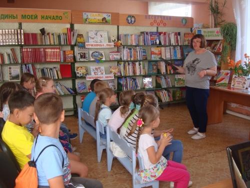 Тема интересная. Детей из лагеря дневного пребывания знакомят с творчеством