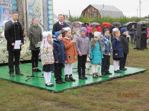 Несмотря на погоду. 1 сентября для учащихся Уйской школы имени Александра Тихонова прозвенел первый звонок